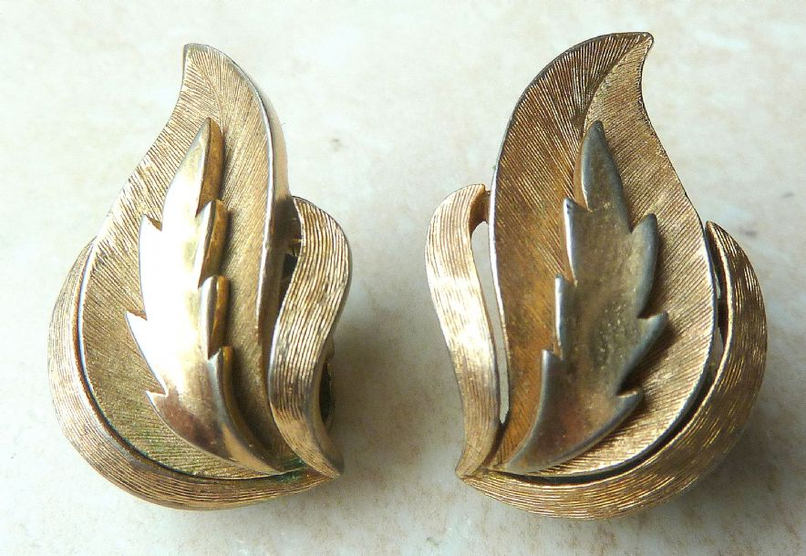 Vintage Crown Trifari Gold Tone Leaf Design Clip On Earrings